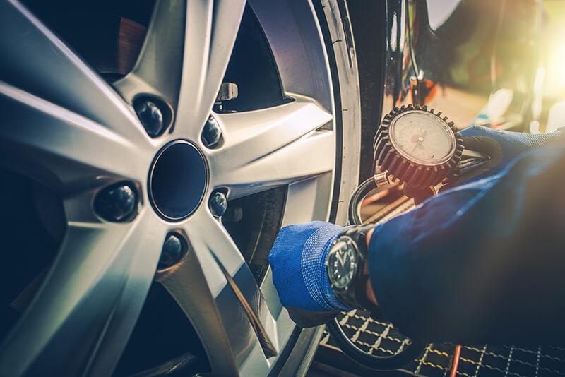 Presión de los neumáticos, que ayuda a conducir eficientemente.